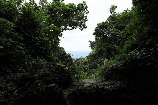 拝所から「神の島」久高島を望む