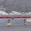 写真: 川渡る