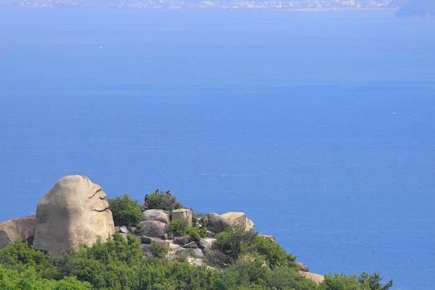 写真: ニコニコ岩と海