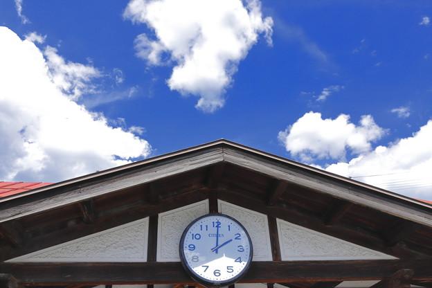 写真: 夏空と時計