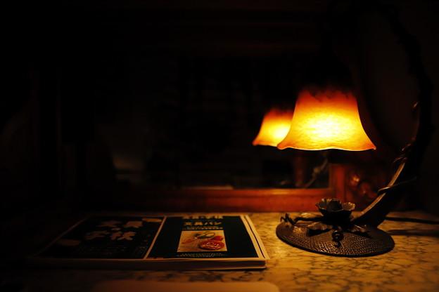 写真: 本と照明
