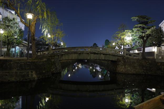 夜の川面に