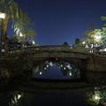 写真: 夜の川面に