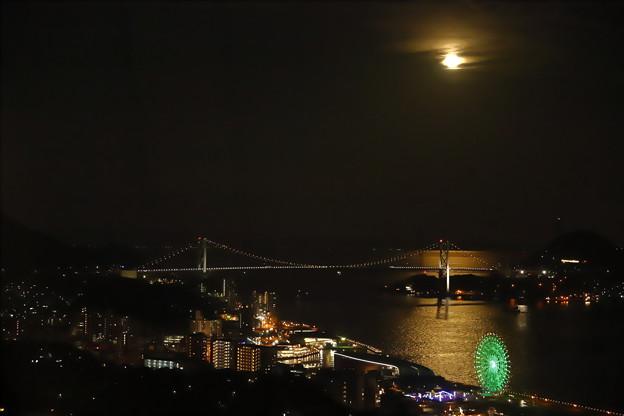 Photos: 海峡に月は昇って