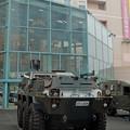 写真: 装甲車でお買い物