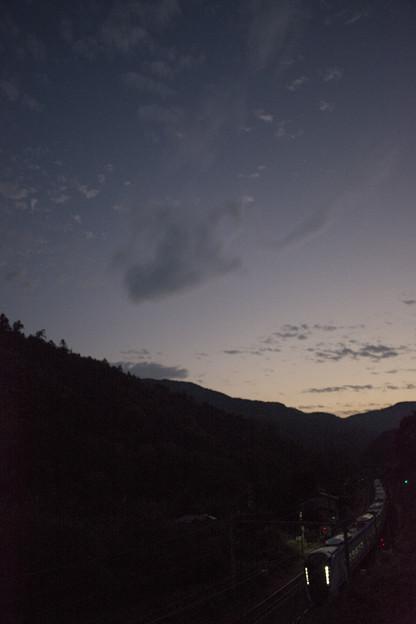 高尾の夕景とE353系