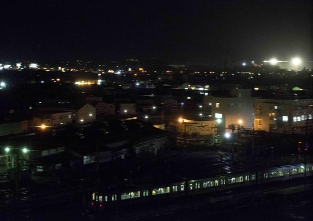 夜の街を滑るように