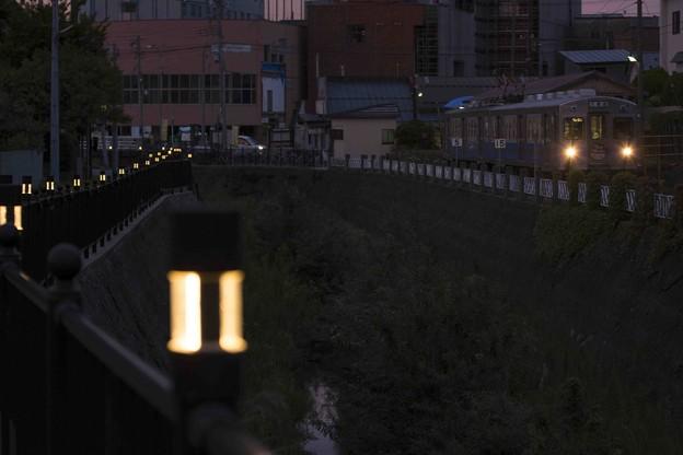 写真: 川沿いの始発駅