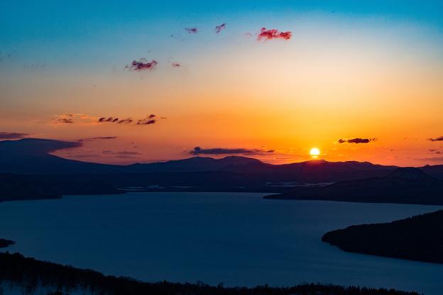 写真: 屈斜路湖の夜明け