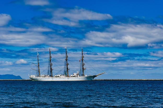 ー帆船海王丸の出港ー