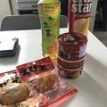 写真: 地震当日、会社近所の個人商店で食料調達