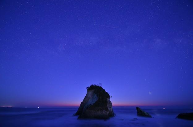 夫婦岩と天の川(黎明)