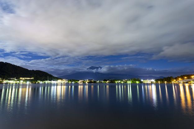 シルエット富士と河口湖の夜景1