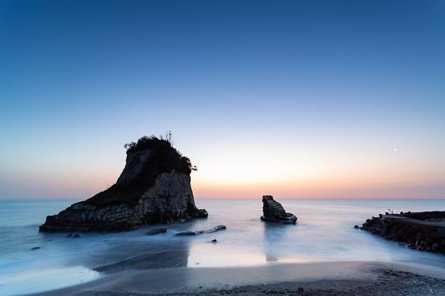 Photos: 夫婦岩にて 薄明⇒日の出(2/6)