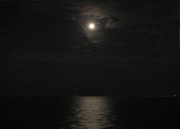 5) 洋上の月