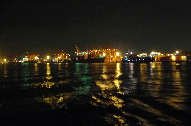 8) 海に揺らめく灯