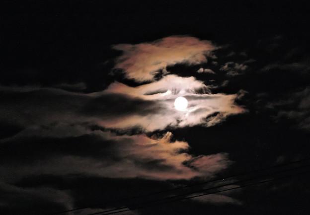 龍か狼の目のような月
