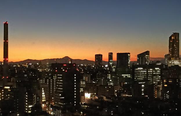 夕暮れの渋谷の灯と遠望富士