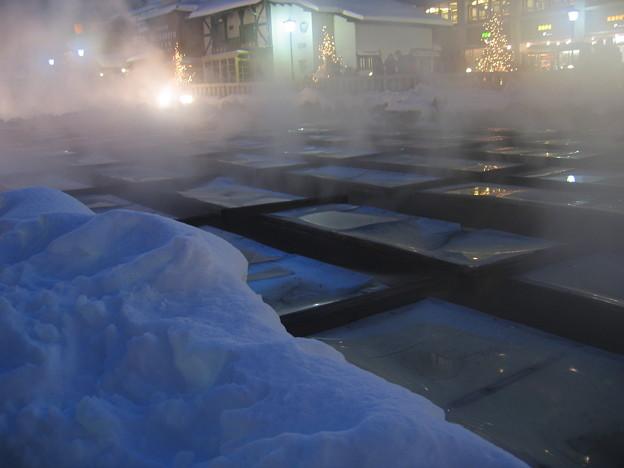 雪の中の草津温泉の湯畑。