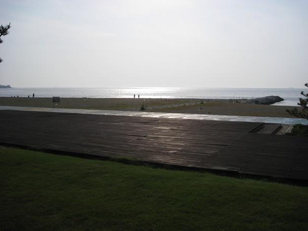 芝生とウッドデッキと砂浜と海と波のキラキラ