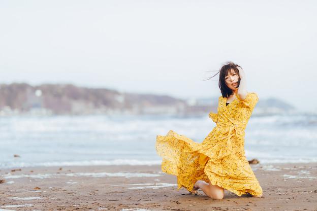一人、晩春の浜辺で風に吹かれて
