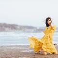 写真: 一人、晩春の浜辺で風に吹かれて