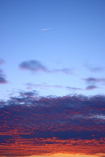 日没後、飛行機雲