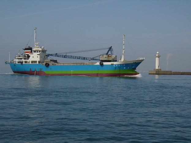 東播磨港灯台を通過する第一大黒丸