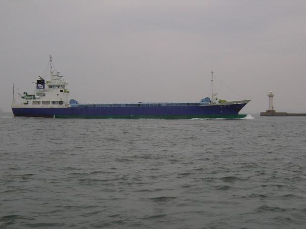 東播磨港灯台を通過する 八日丸