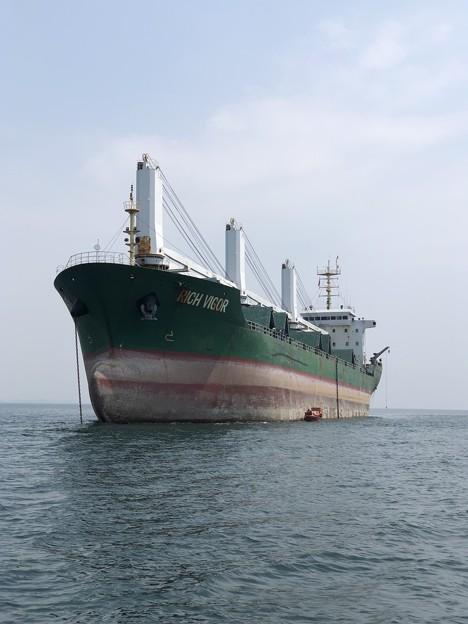 錨地で救助艇操練中の RICH VIGOR