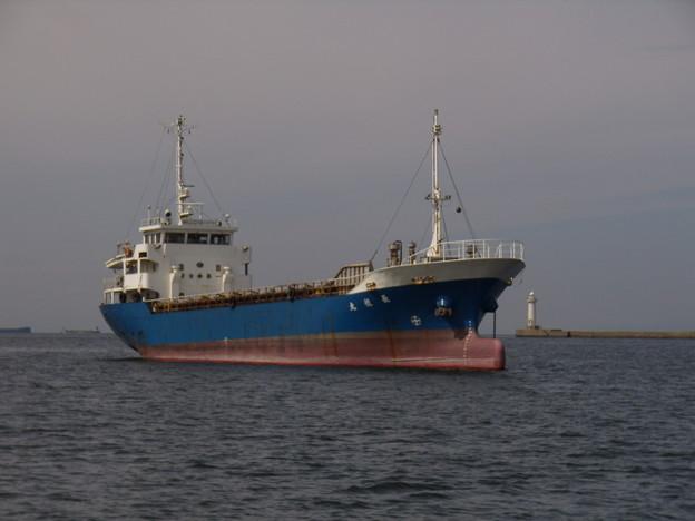港内に錨泊中の長悦丸