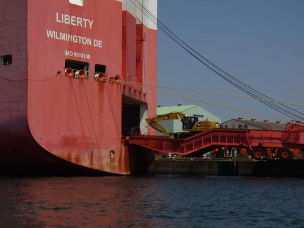 Ramp Way を自走して船積される貨物の重機