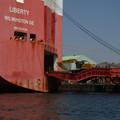 Photos: Ramp Way を自走して船積される貨物の重機