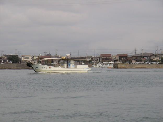 阿閇(あえ)漁港を出港する遊漁船美晴丸 (2)