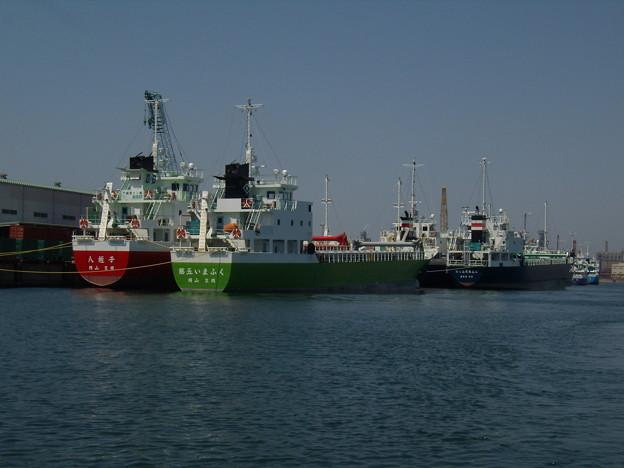 連休を公共埠頭で過ごす内航船たち