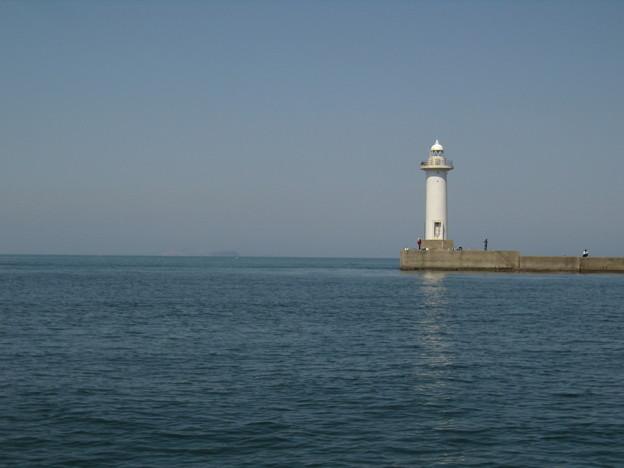 Photos: 連休のひと時 - 釣り人と灯台