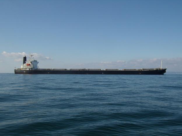 ゆっくりと投錨地点に向かう CORAL EMERALD