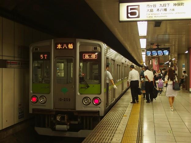 都営新宿線新宿駅5番線 都営10-250F各停本八幡行き停止位置よし(都営)