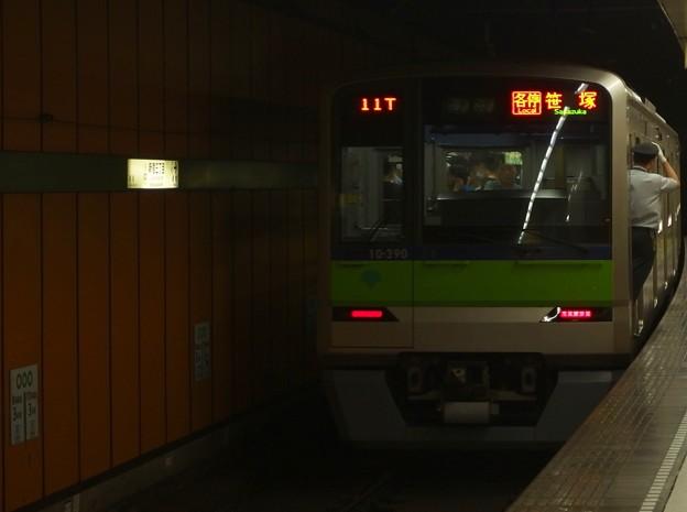都営新宿線新宿三丁目駅1番線 都営10-390F各停笹塚行き前方確認