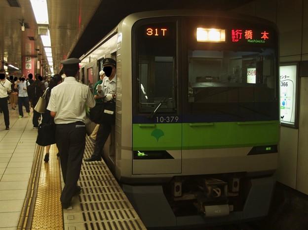 京王新線新宿駅4番線 都営10-370F急行橋本行き乗務員交代