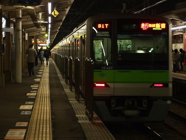京王線千歳烏山駅2番線 都営10-460F急行新線新宿行き前方確認