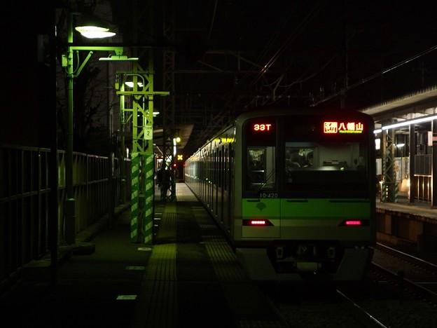 京王線代田橋駅1番線 都営10-420F各停八幡山行き