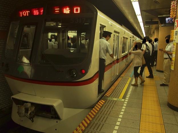写真: 都営浅草線三田駅1番線 都営5317F特急三崎口行き停止位置よし