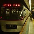 写真: 都営浅草線三田駅1番線 都営5317特急三崎口行き前方確認