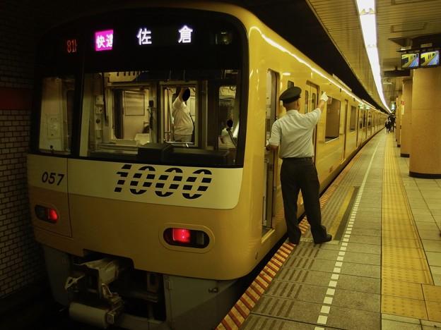 都営浅草線三田駅2番線 京急1057快速佐倉行き側面よし