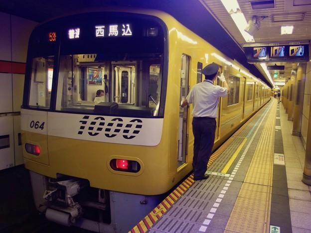 都営浅草線高輪台駅1番線 京急1057F普通西馬込行き側面よし