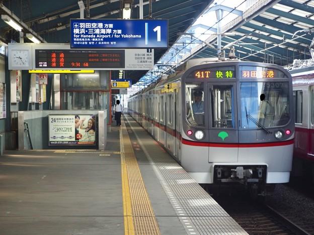 京急線青物横丁駅1番線 都営5307F快特羽田空港行き後方確認