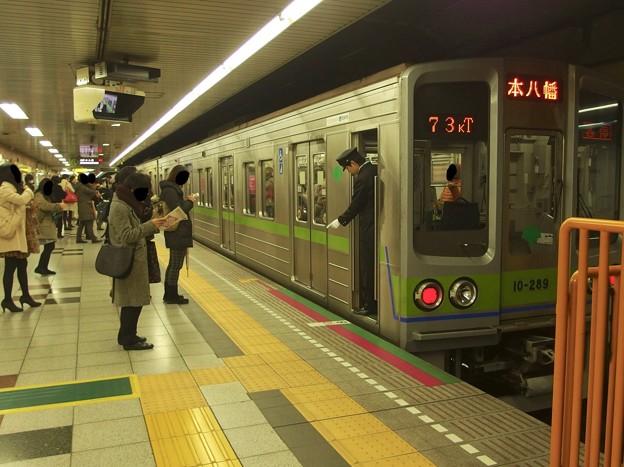 都営新宿線神保町駅2番線 都営10-280F各停本八幡行き停止位置よし