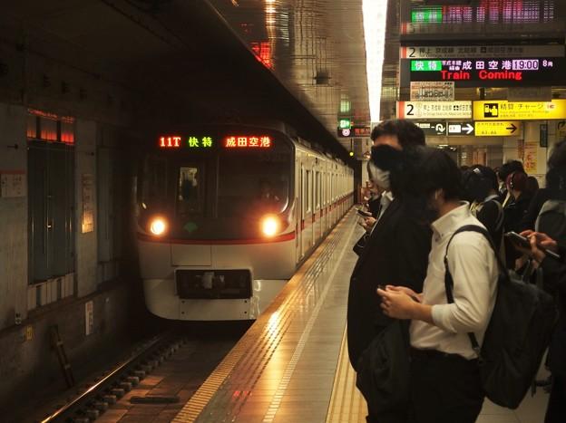 都営浅草線大門駅2番線 都営5321F快速特急成田空港行き進入