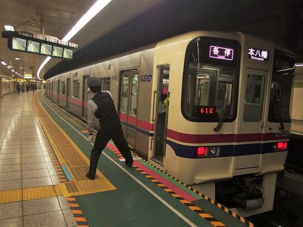 都営新宿線曙橋駅2番線 京王9740F各停本八幡行き側面よし